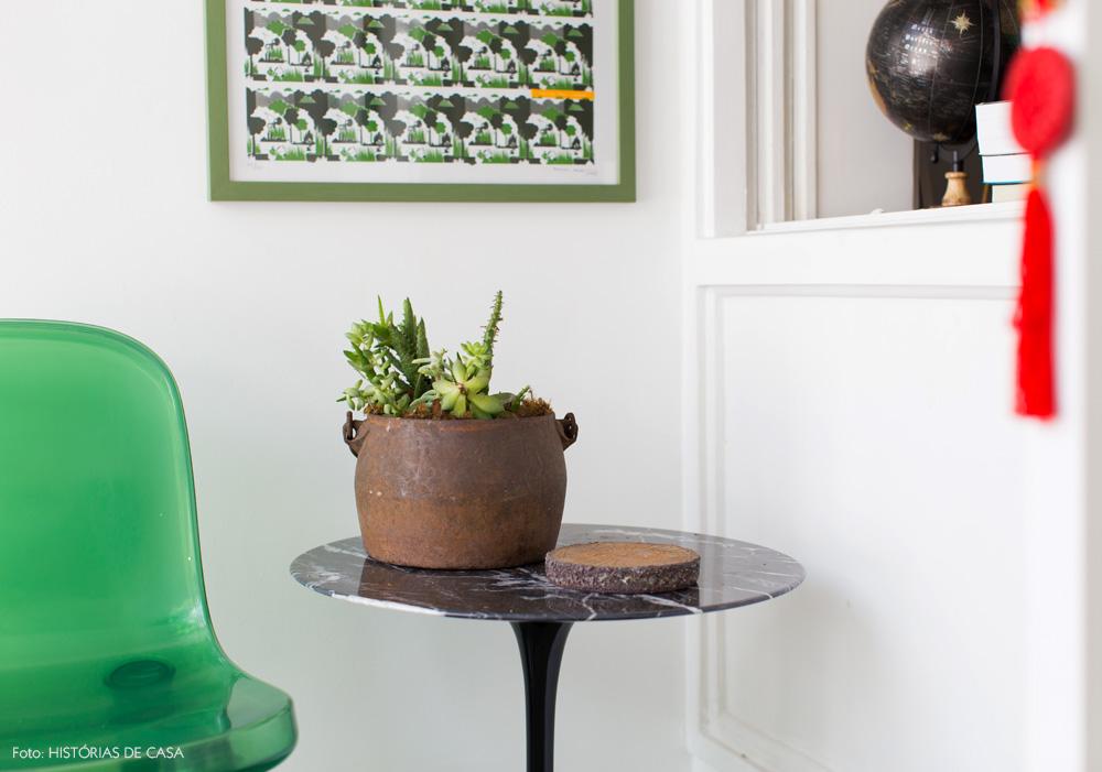 27-decoracao-varanda-pequena-plantas-mesa-saarinen