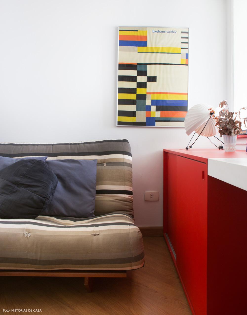 29-decoracao-home-office-futon-listrado-movel-vermelho
