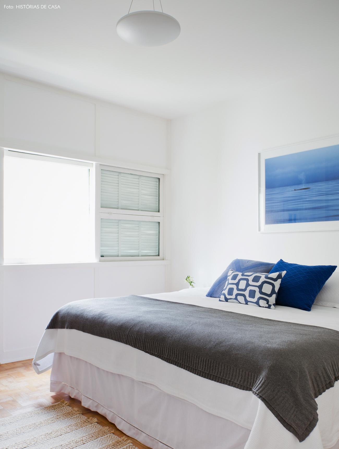 30-decoracao-quarto-branco-detalhes-em-azul-almofadas