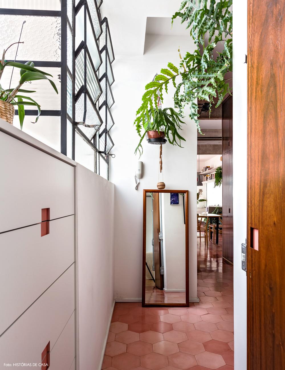 33-decoracao-corredor-piso-ladrilhos-hidraulicos-plantas-suspensas