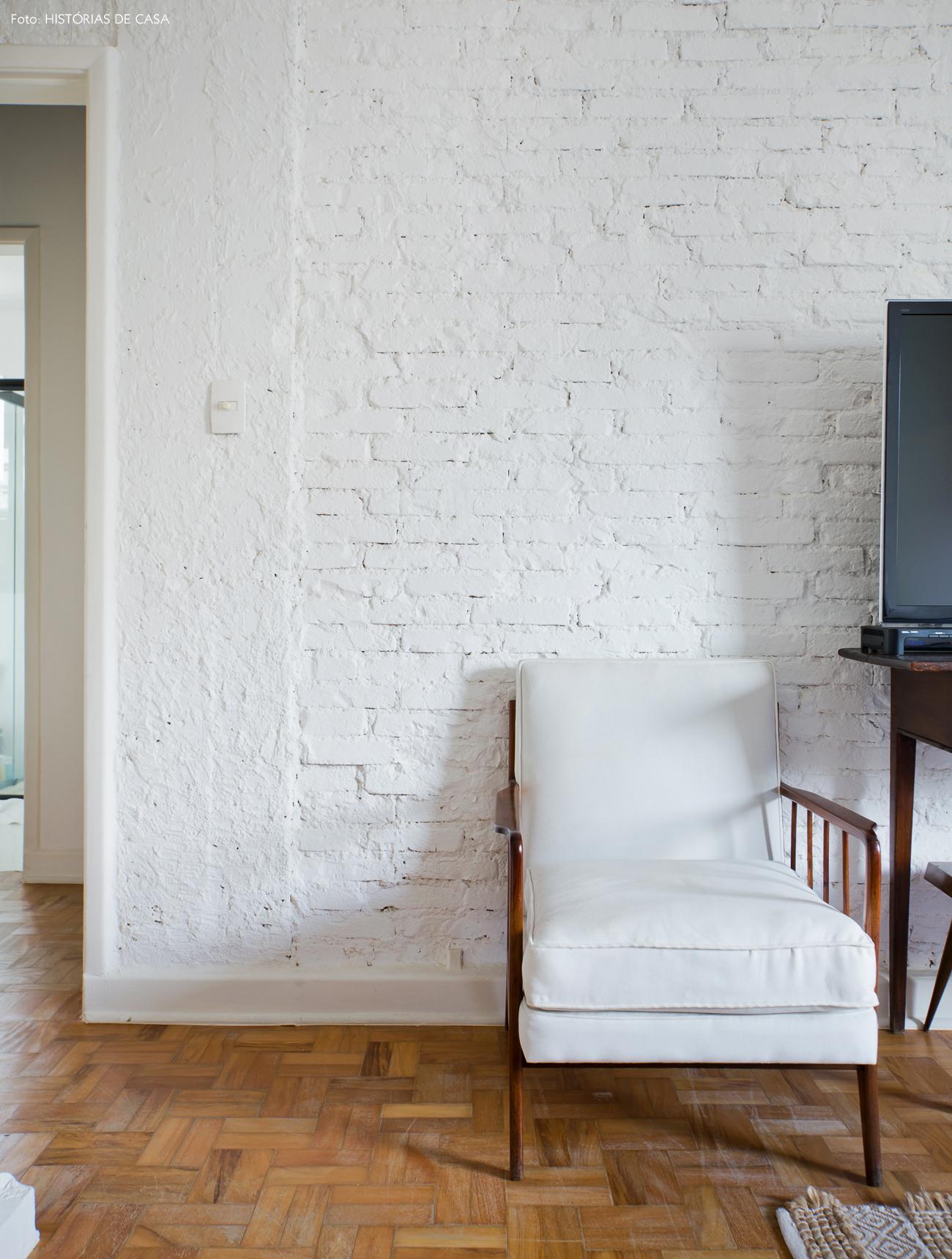 34-decoracao-quarto-tijolinho-branco-poltrona-vintage