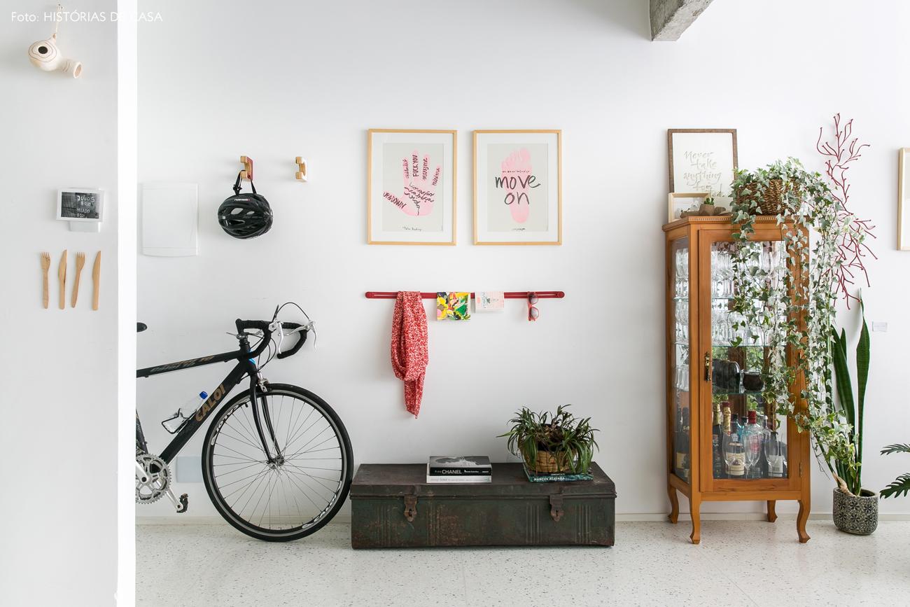 01-decoracao-apartamento-entrada-bicicleta-bau-antigo