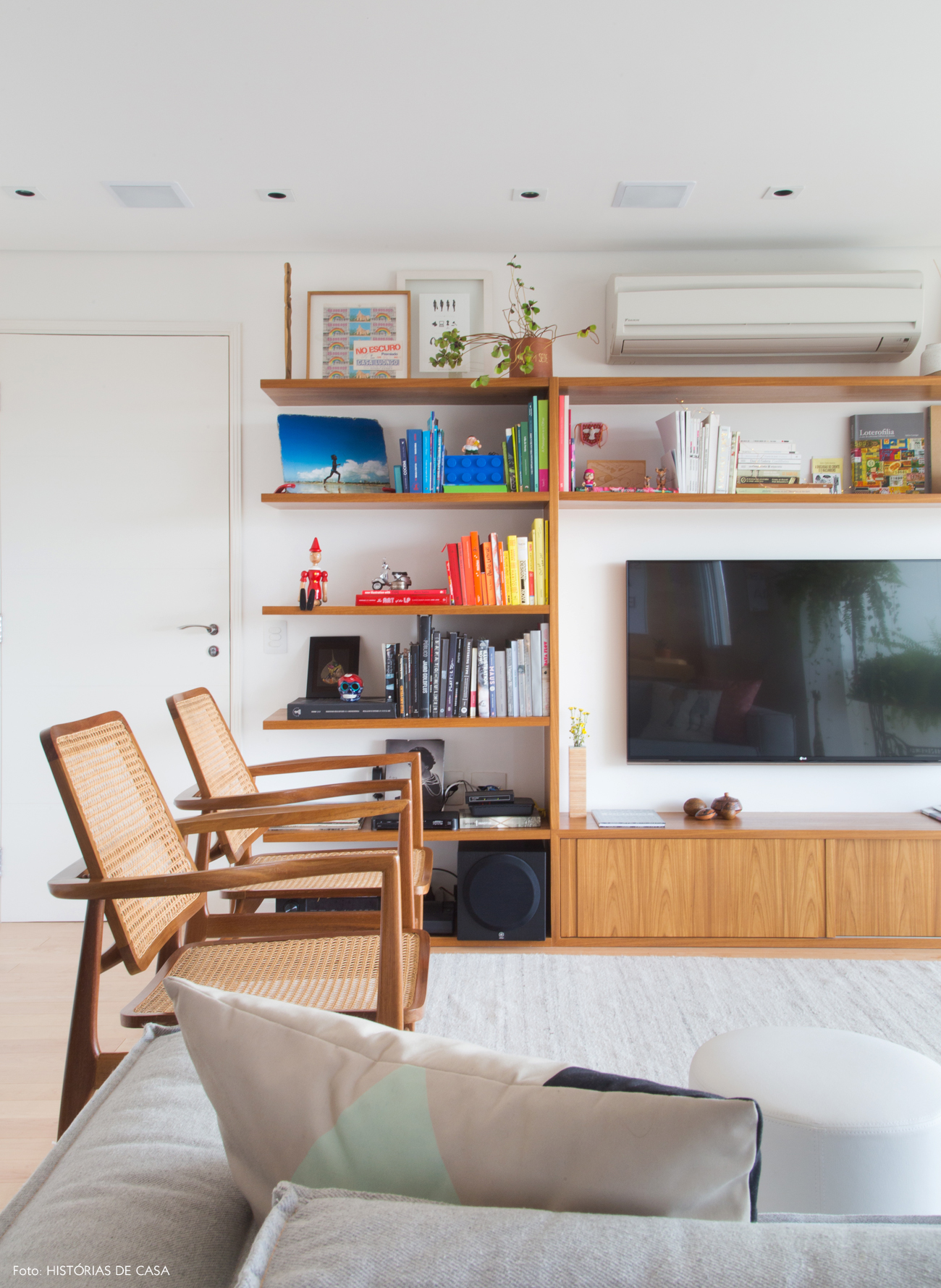 01-decoracao-apartamento-integrado-marcenaria-sala-estar-estante