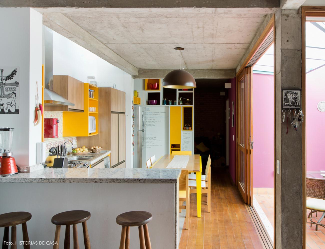01-decoracao-cozinha-amarela-ladrilhos-hidraulicos-na-parede