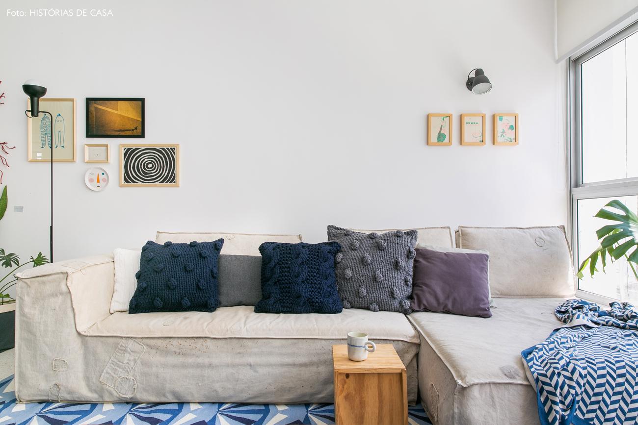 03-decoracao-apartamento-sala-sofa-lona-almofadas-trico