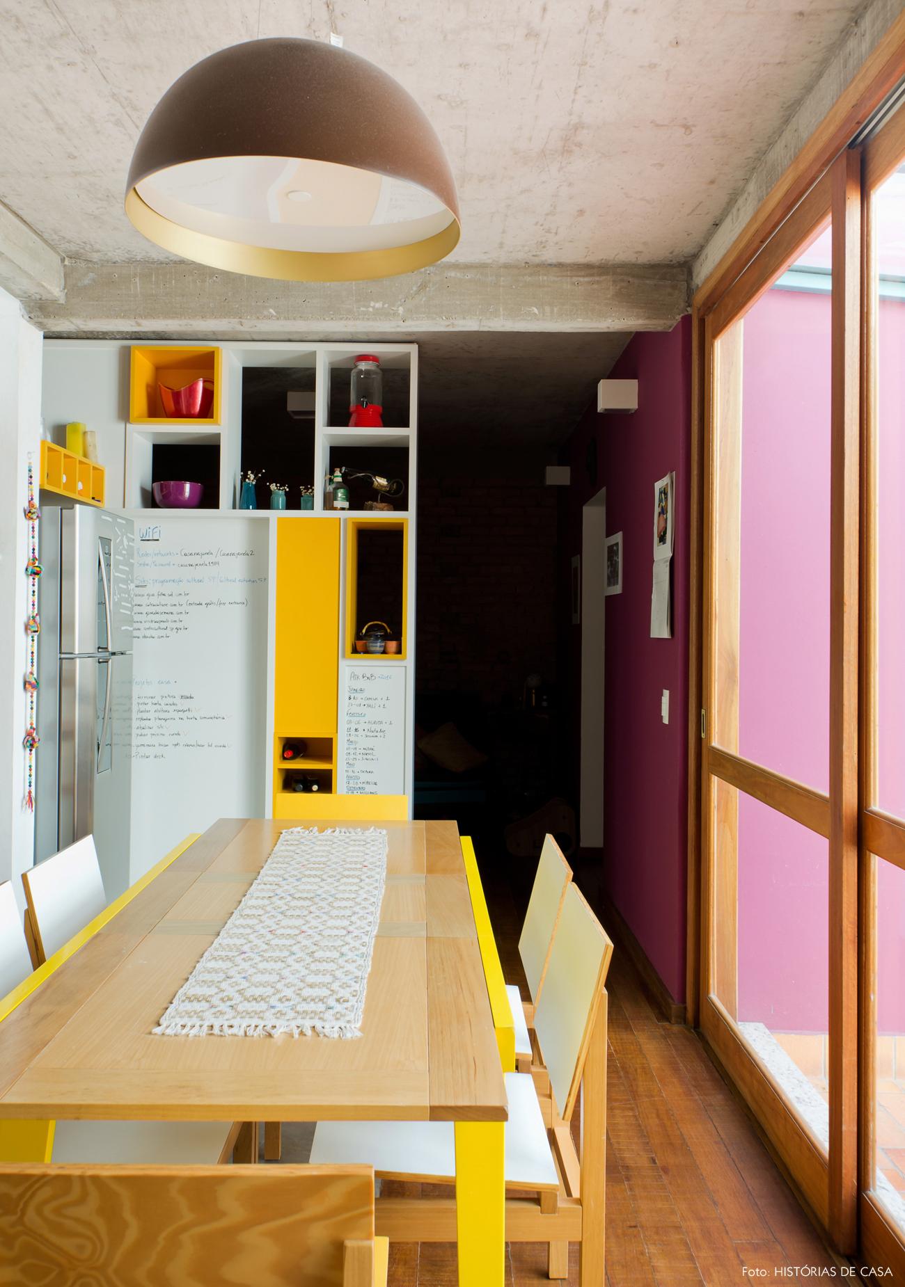 04-decoracao-cozinha-amarela-ladrilhos-hidraulicos-teto-concreto