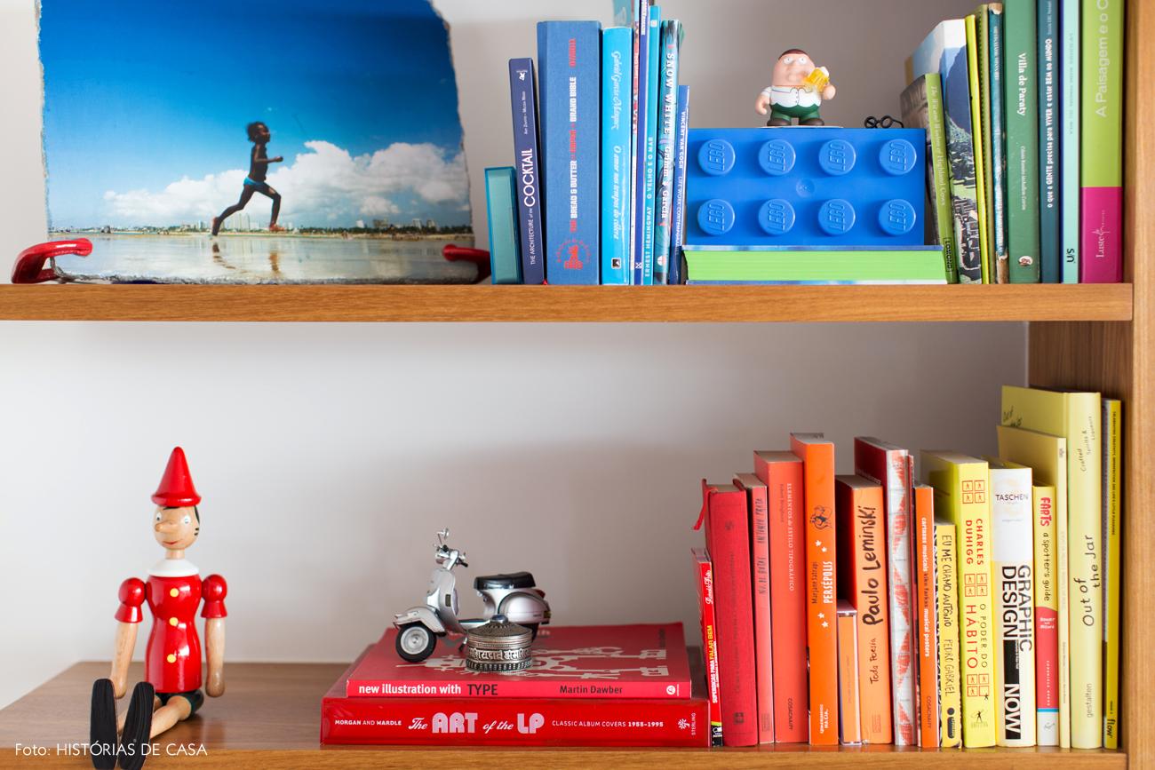 05-decoracao-marcenaria-sala-estar-estante-livros-organizados-por-cor