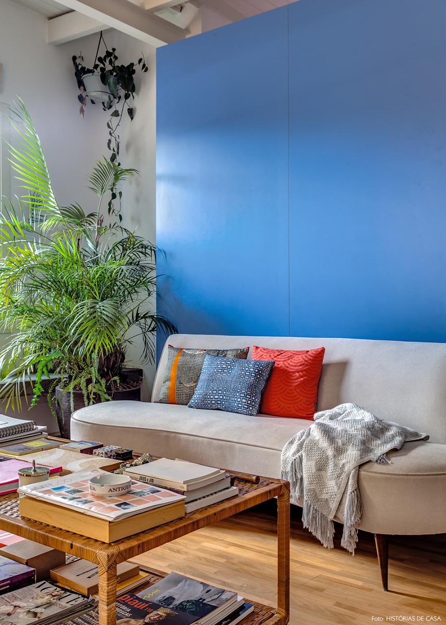 Sala com sofá vintage e parede azul