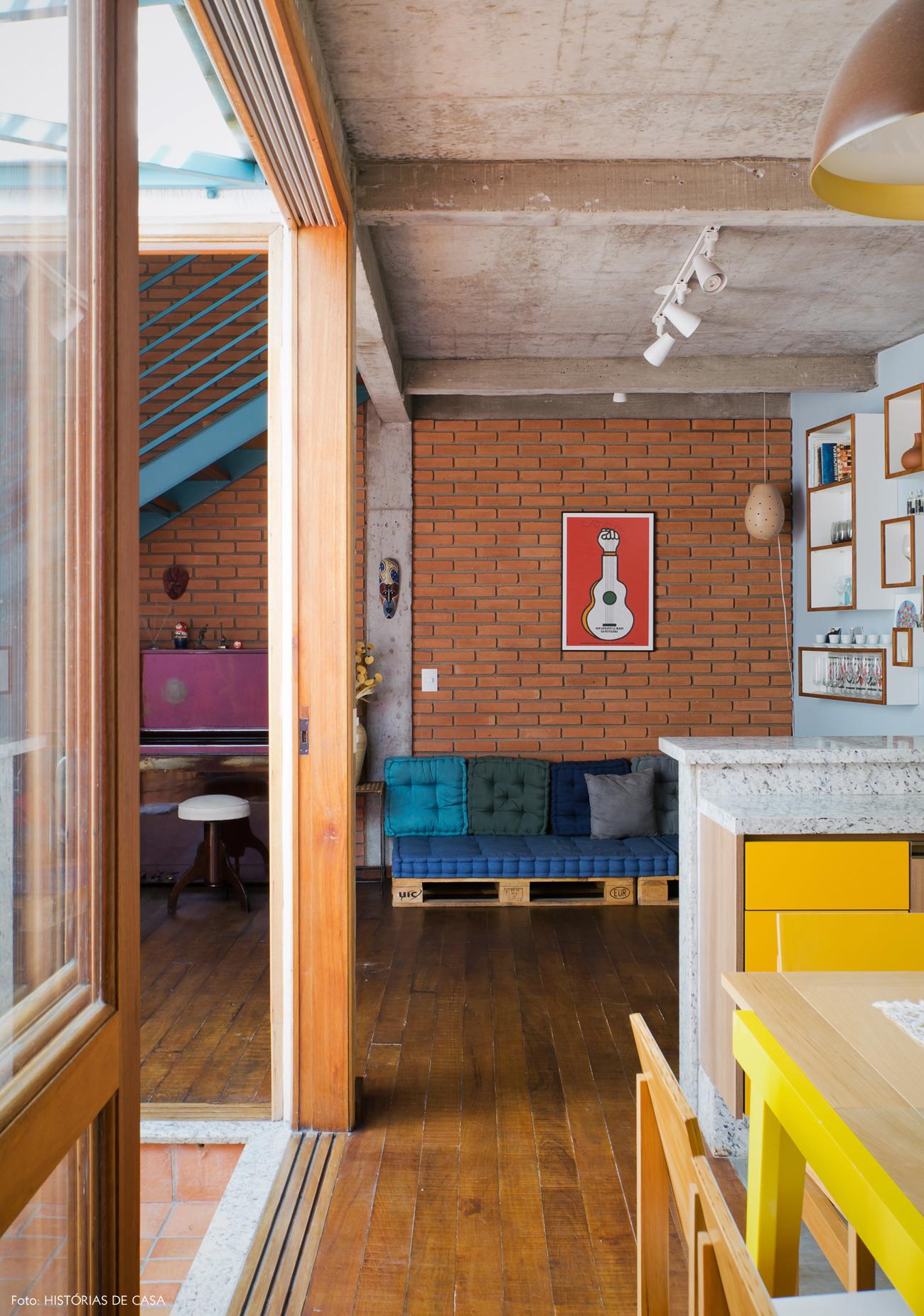 06-decoracao-cozinha-integrada-tijolinho-sofa-de-pallet