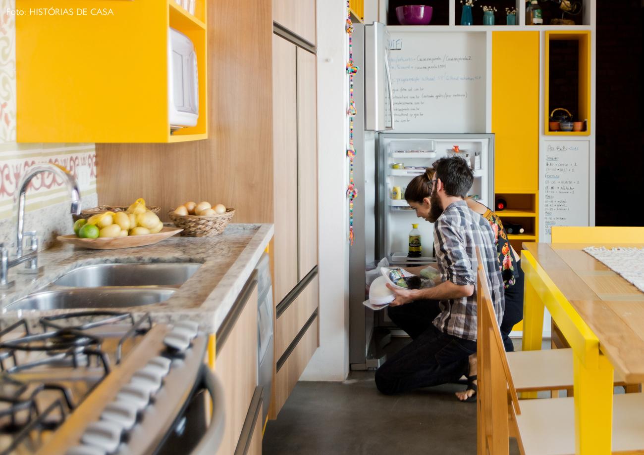 07-decoracao-cozinha-amarela-com-detalhes-coloridos