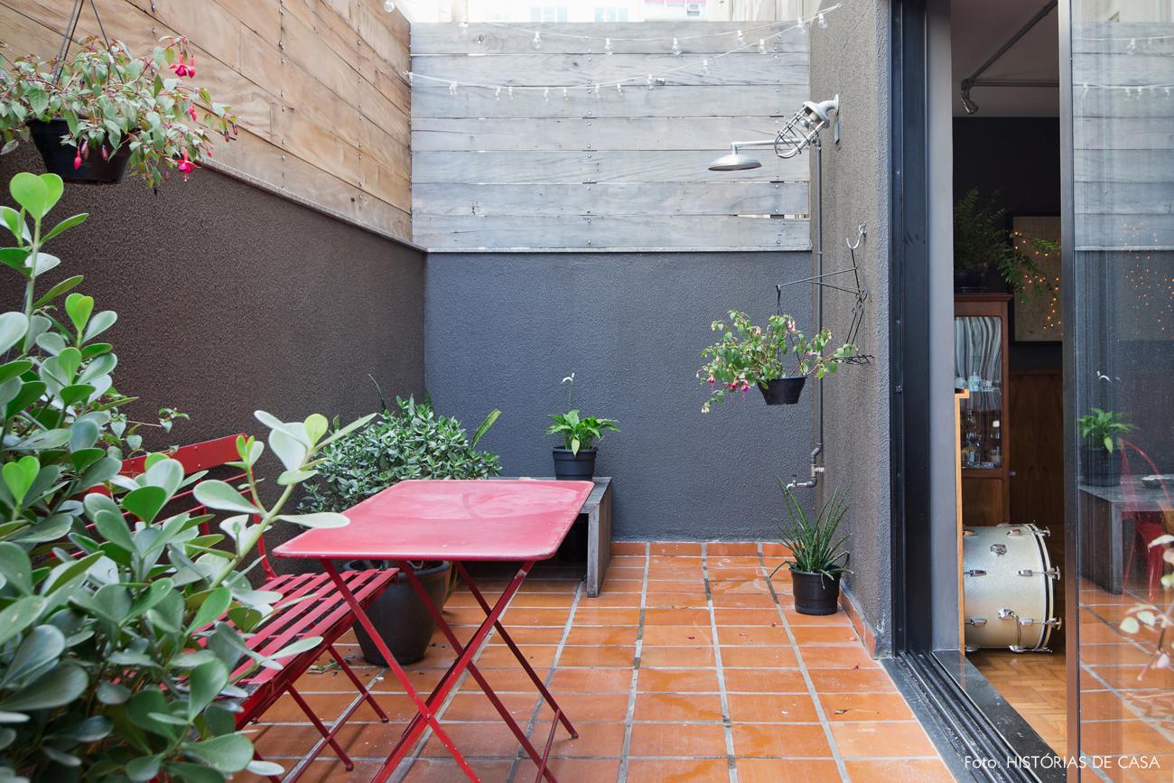 Quintal com paredes pretas e plantas