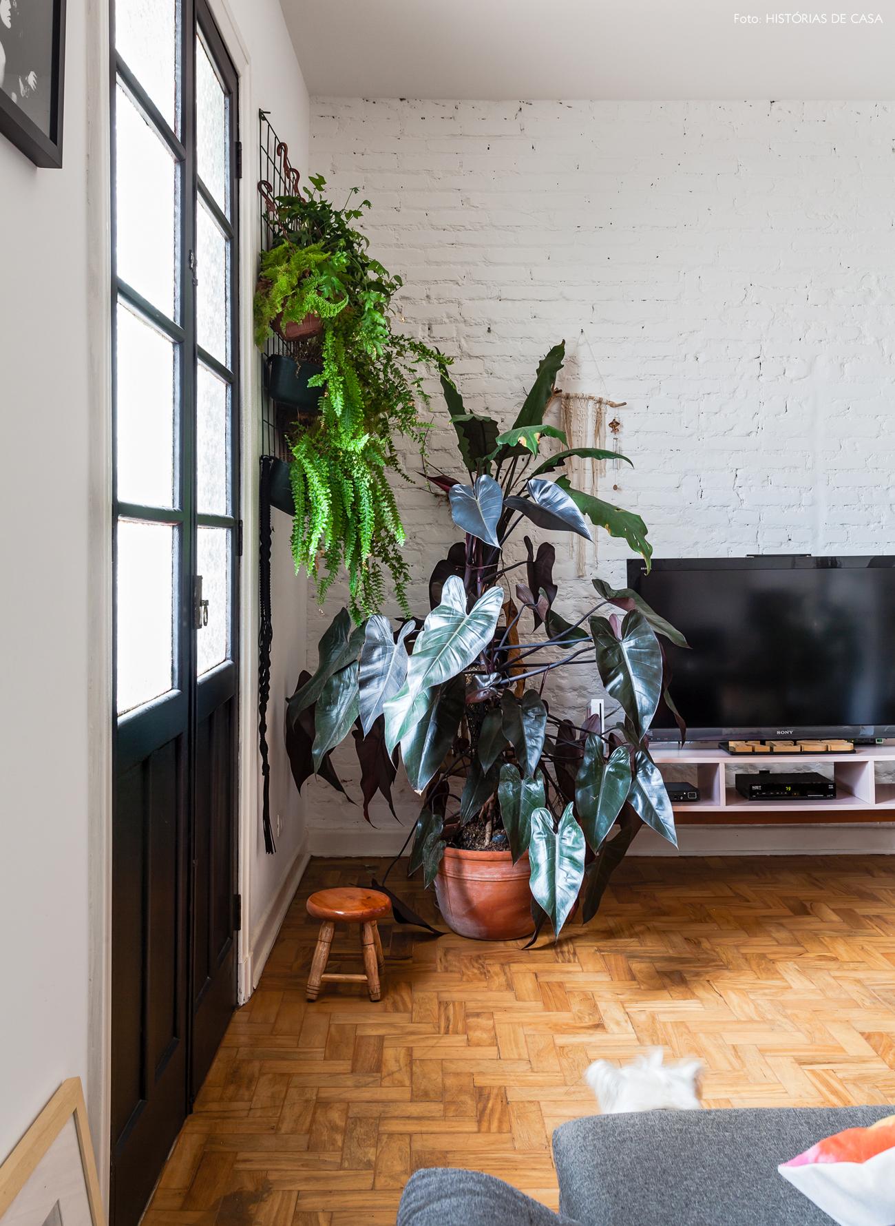 22-decoracao-sala-parede-tijolinho-jardim-vertical-grade-ideia-plantas