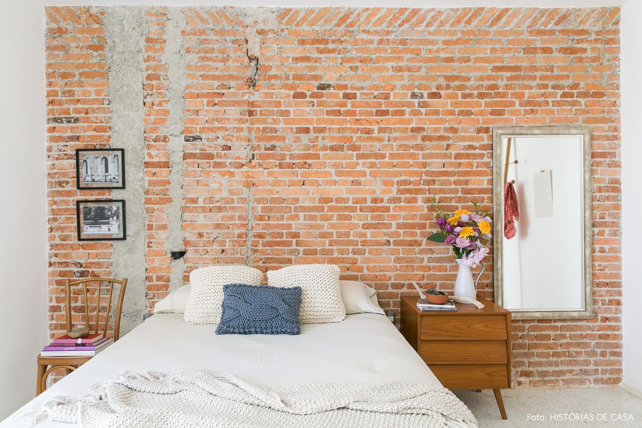 25-decoracao-quarto-casal-parede-tijolinhos-almofadas-trico