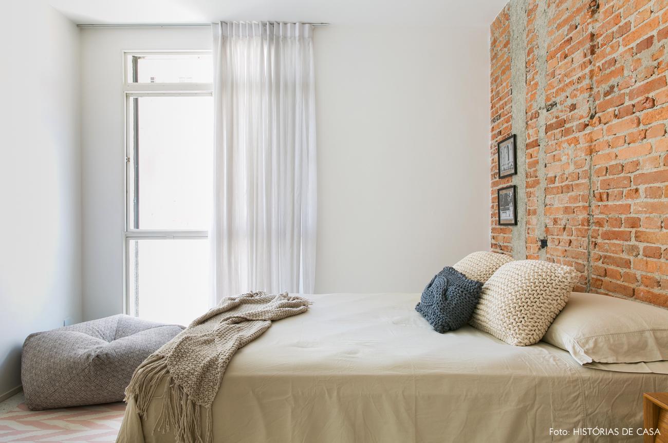 26-decoracao-quarto-casal-parede-tijolinhos-almofadas-trico