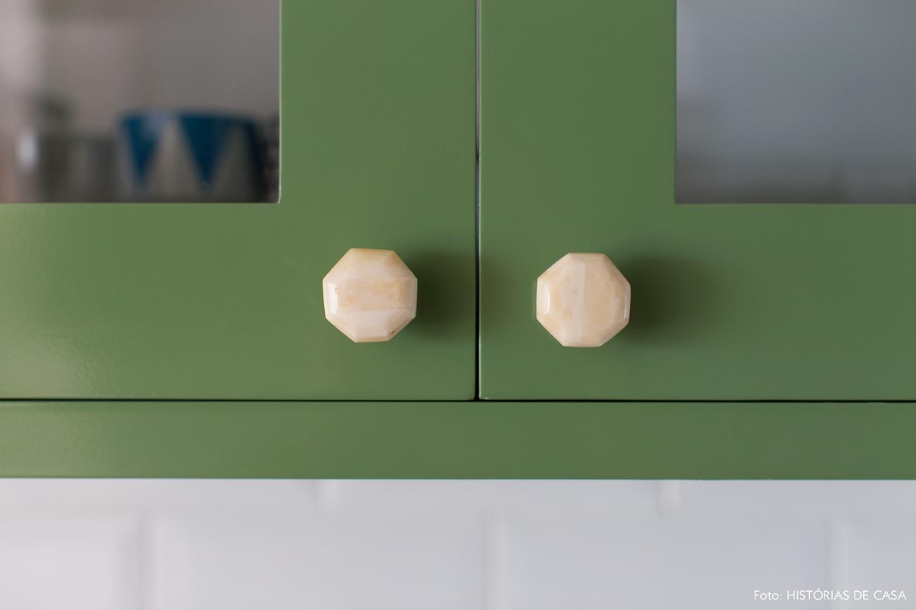 27-decoracao-apartamento-cozinha-armarios-verdes-puxadores