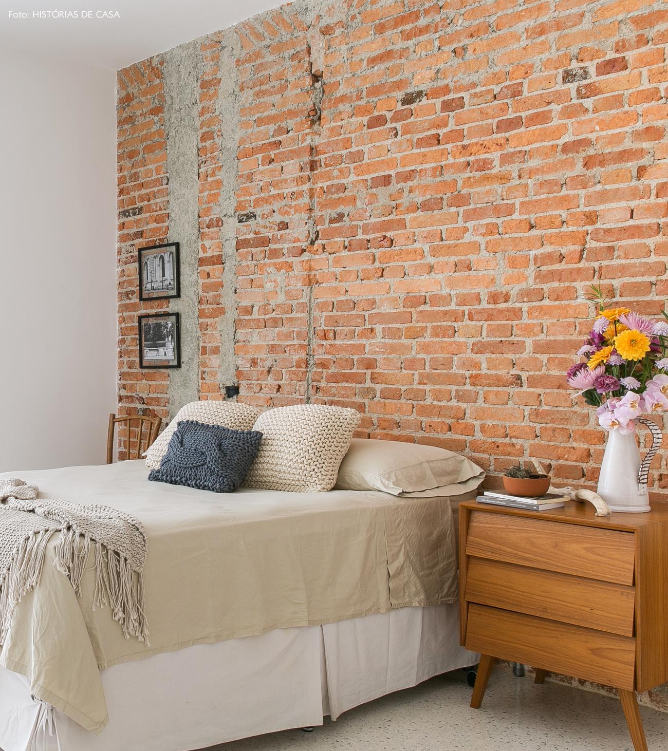 27-decoracao-quarto-casal-parede-tijolinhos-almofadas-trico-boobam