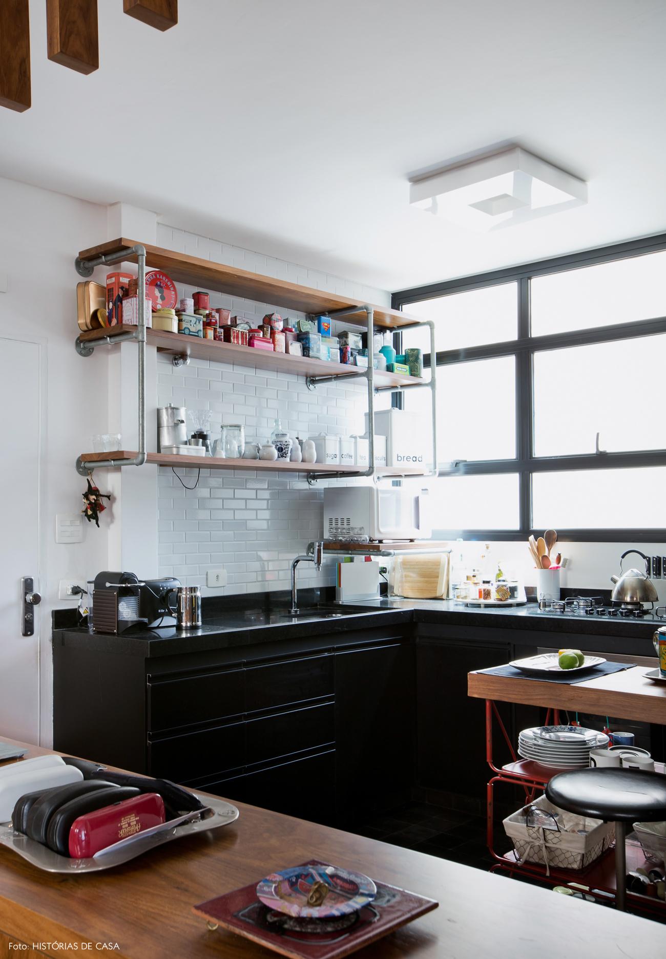 29-decoracao-cozinha-integrada-subway-tiles-brancos-estante-canos