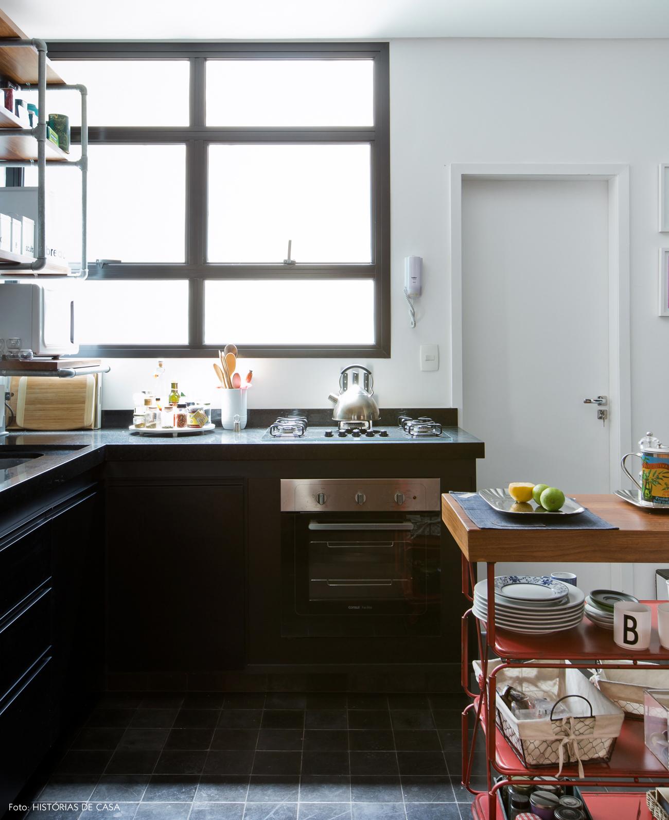 30-decoracao-cozinha-aberta-preto-e-branco-carrinho