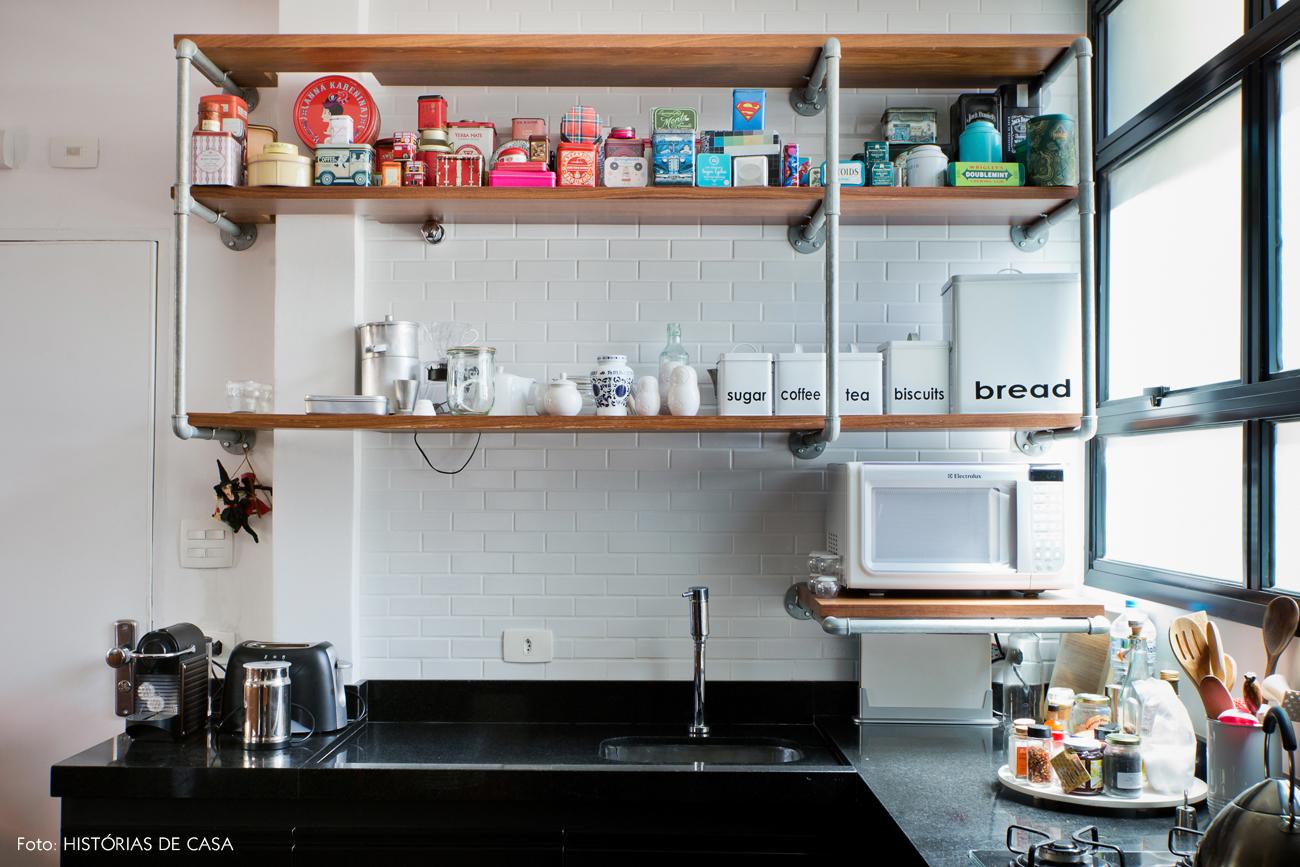 31-decoracao-cozinha-estante-com-canos-colecao-latas-coloridas