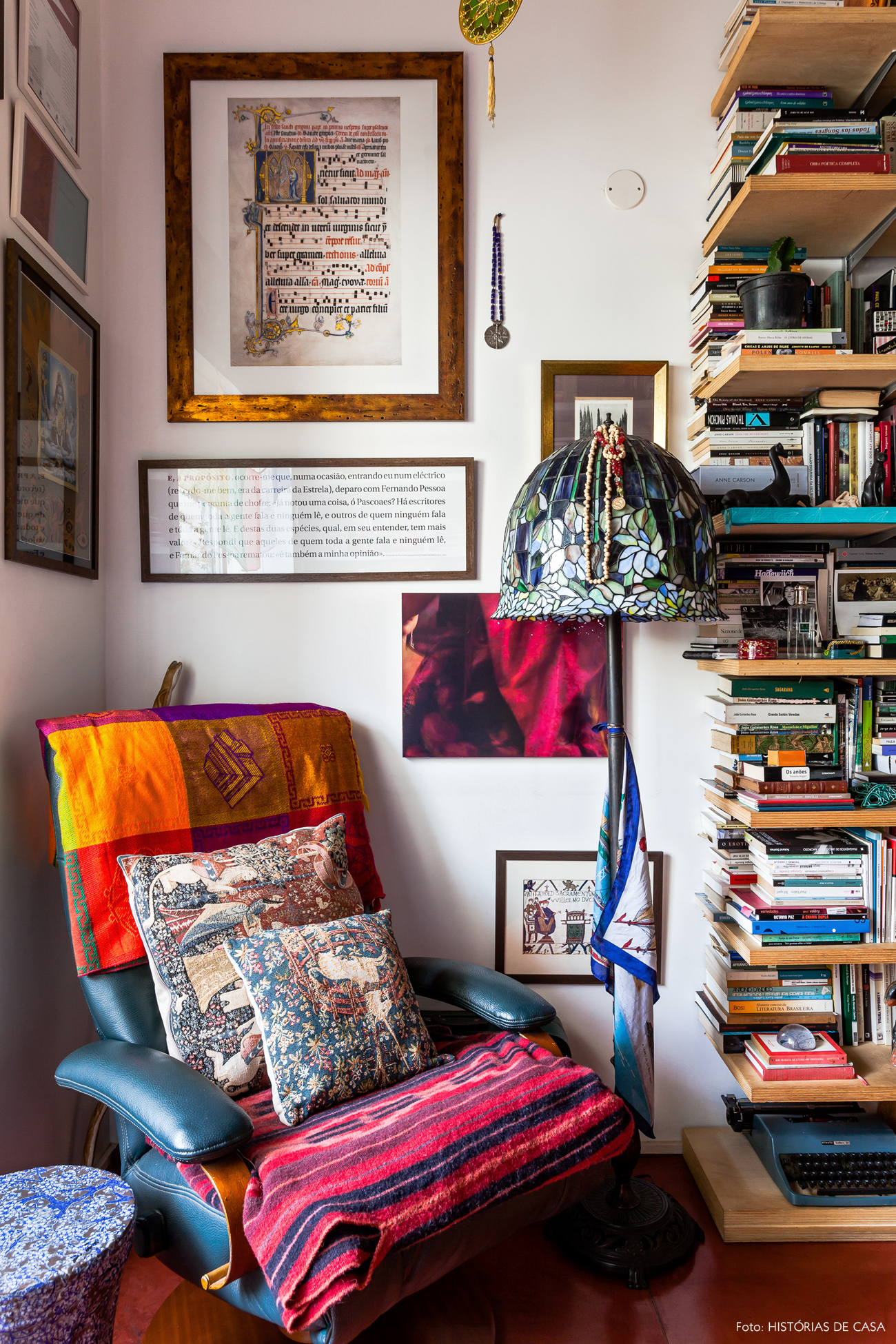 32-decoracao-escritorio-home-office-livros-poltrona-antiga