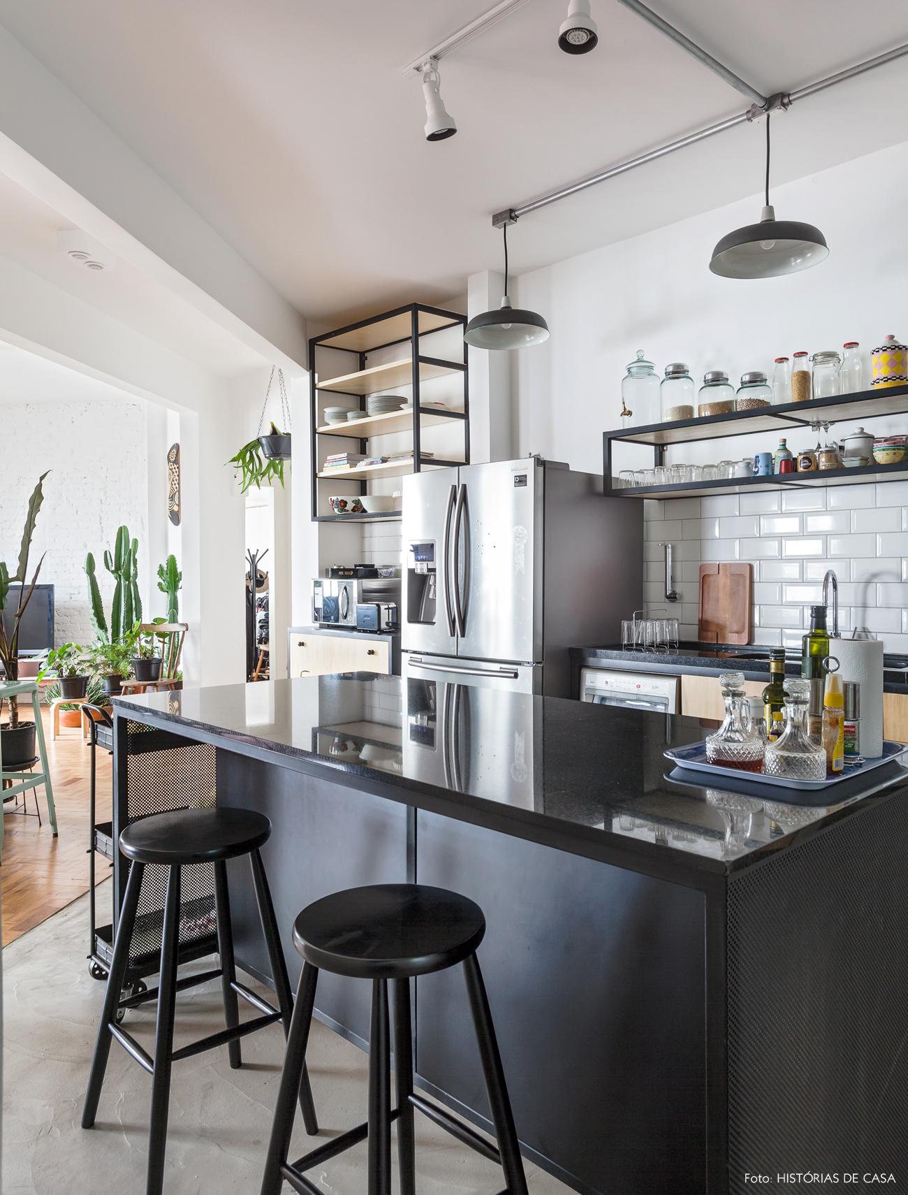 34-decoracao-cozinha-integrada-bancada-granito-preto