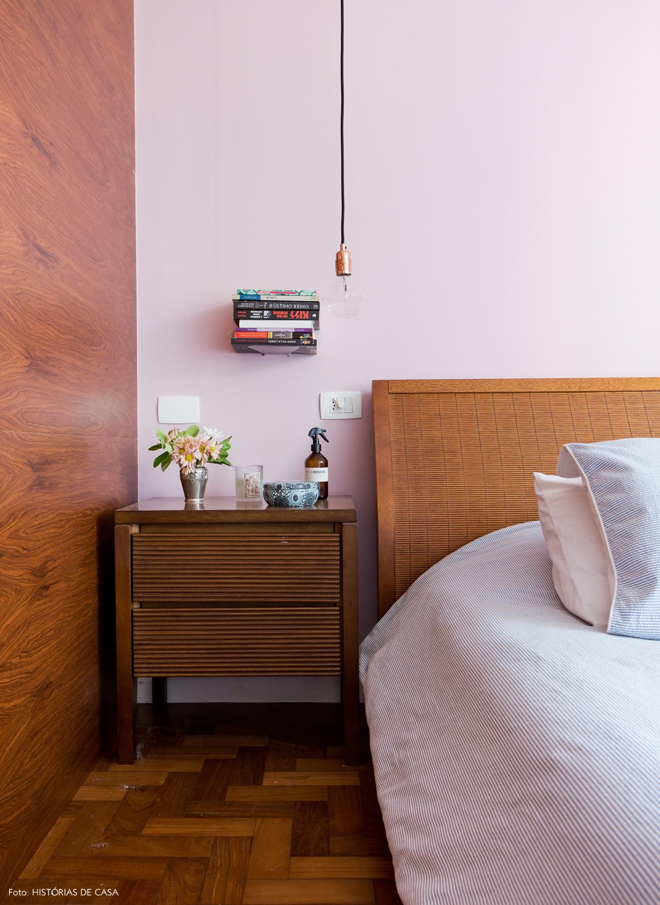 41-decoracao-quarto-casal-parede-rosa-cama-madeira-cobre