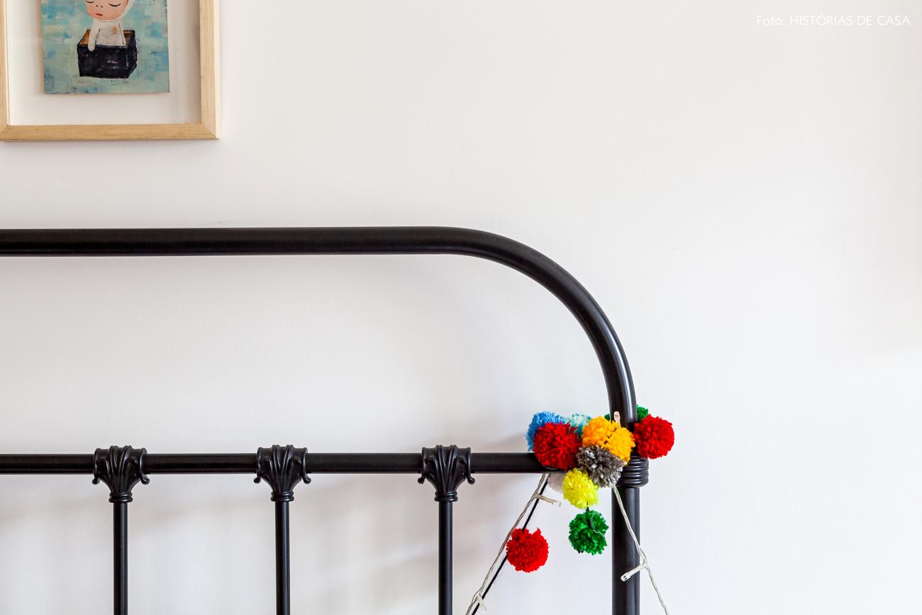 45-decoracao-quarto-crianca-camas-de-ferro-pompom