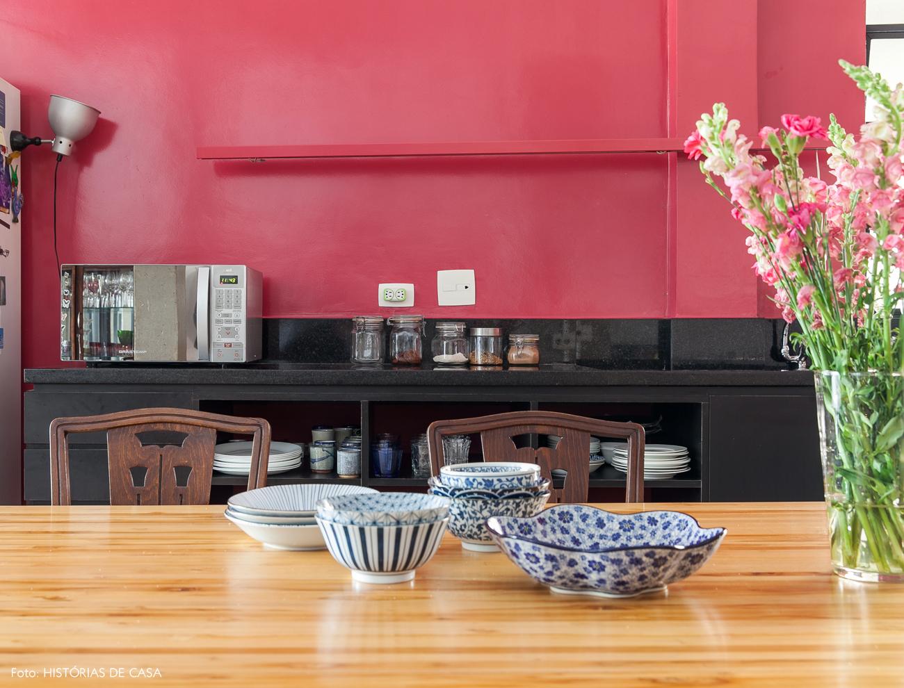 05-decoracao-cozinha-integrada-mesa-madeira-parede-rosa