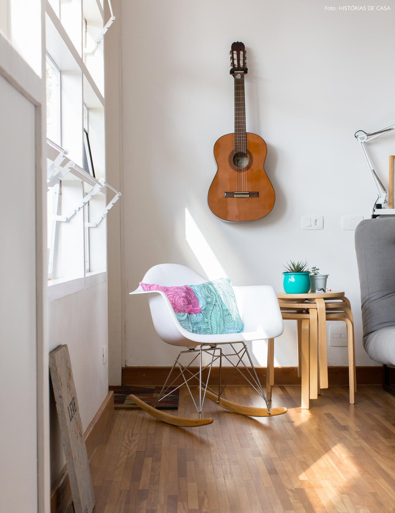 06-decoracao-apartamento-pequeno-violao-pendurado-na-parede
