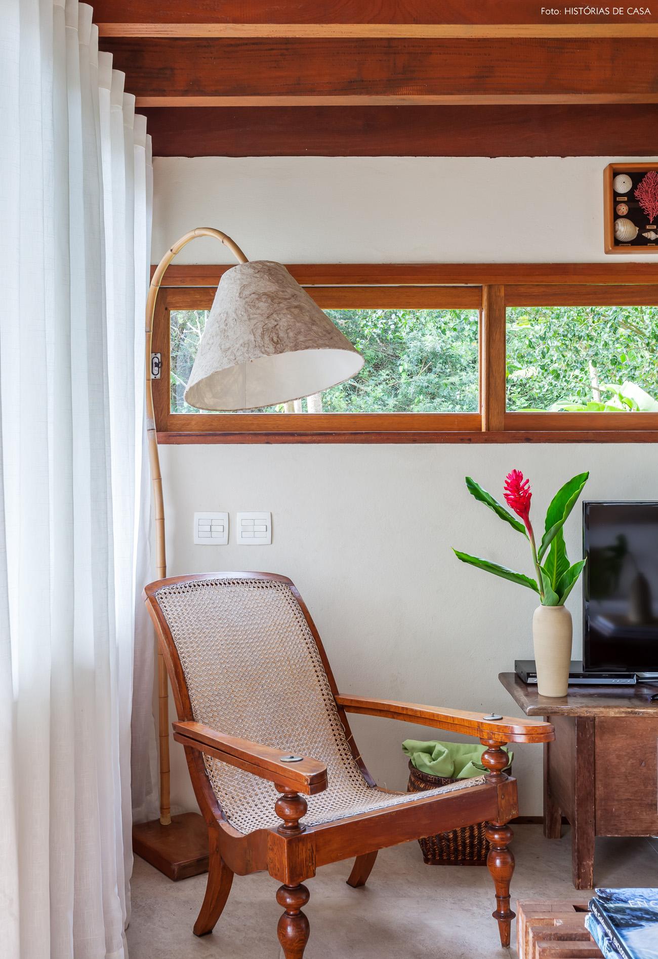06-decoracao-casa-de-praia-sala-estar-moveis-madeira