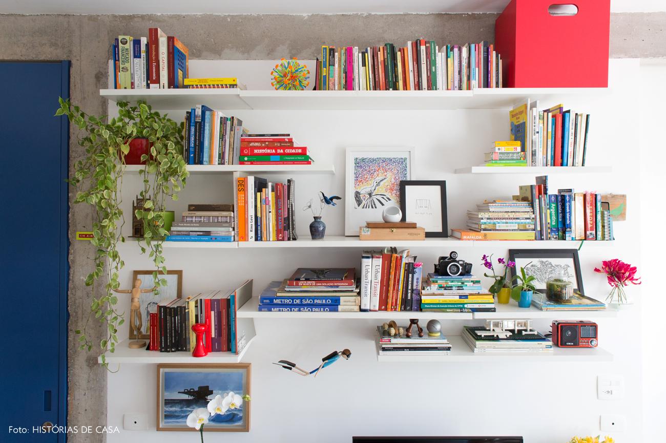08-decoracao-apartamento-pequeno-estante-tv-prateleiras-brancas
