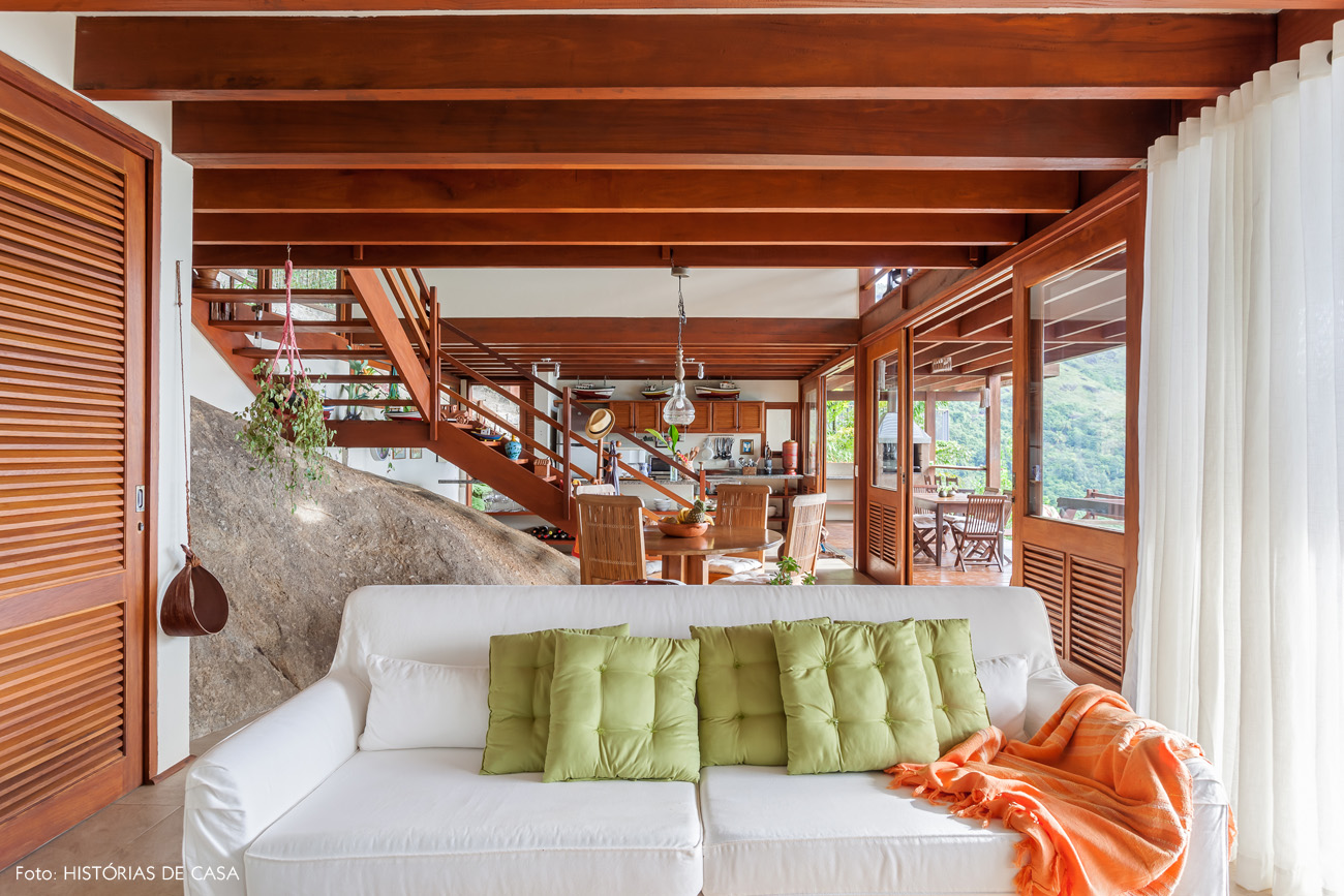 08-decoracao-casa-de-praia-sala-estar-moveis-madeira