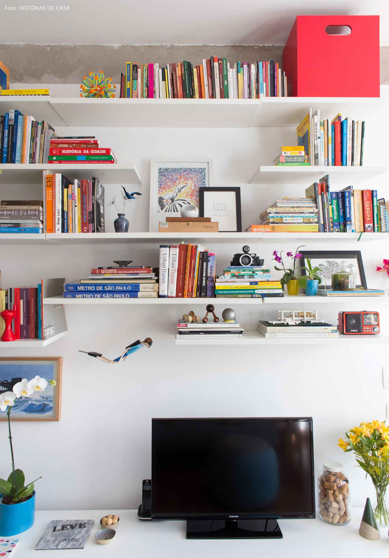 11-decoracao-apartamento-pequeno-estante-tv-prateleiras-brancas
