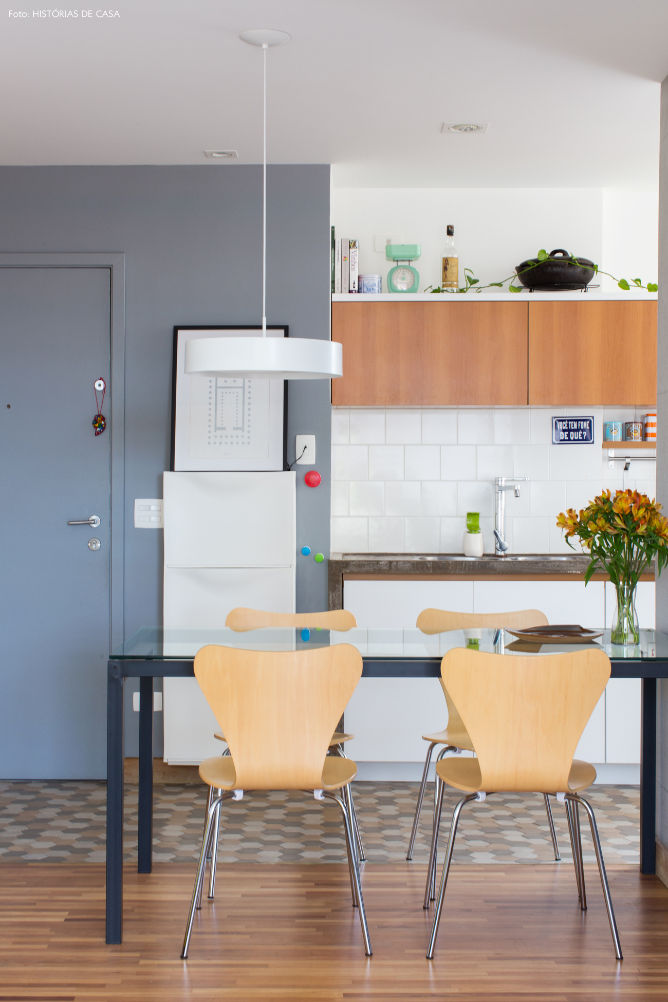 16-decoracao-apartamento-pequeno-cozinha-azulejos-brancos-piso-ladrilhos