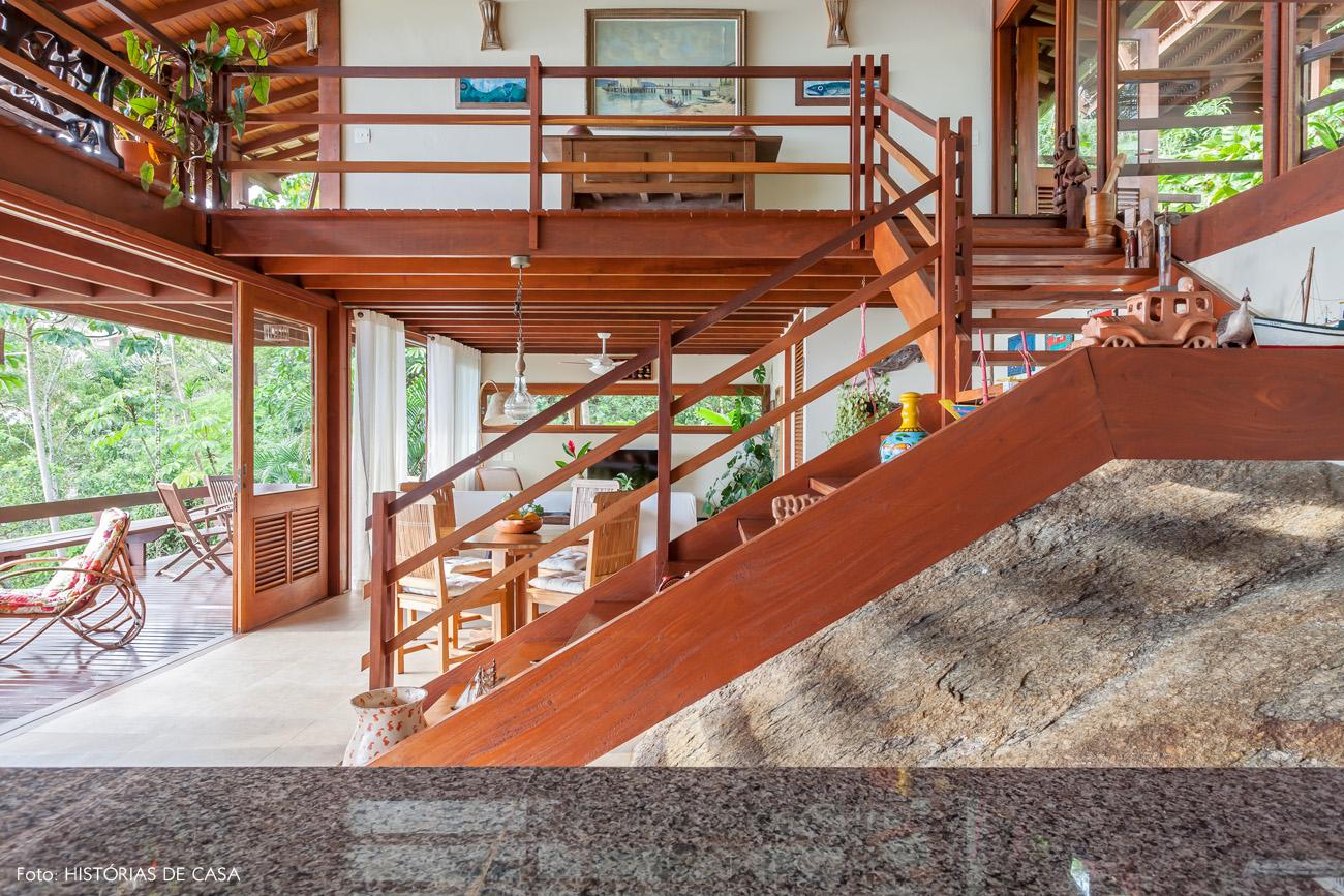 17-decoracao-casa-de-praia-arquitetura-escada-madeira