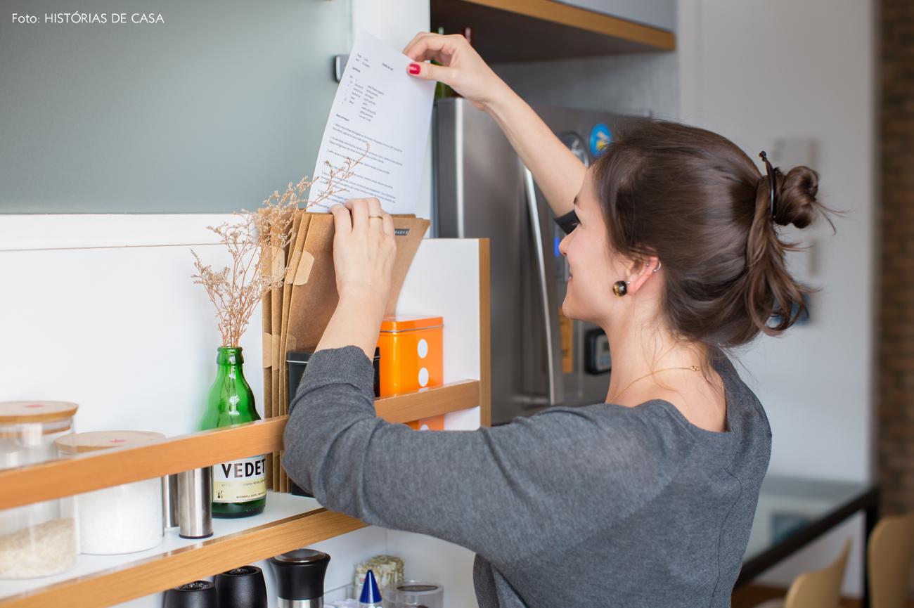 22-decoracao-apartamento-pequeno-cozinha-canaleta-temperos