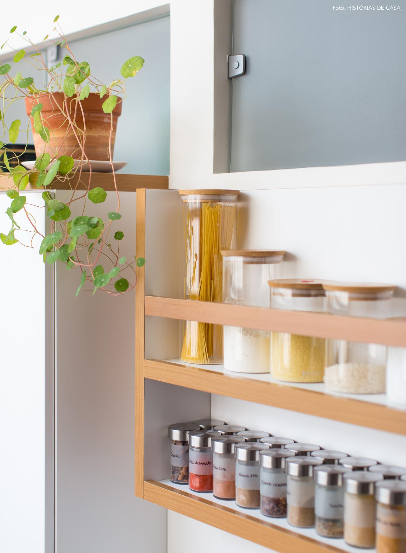 23-decoracao-apartamento-pequeno-cozinha-canaleta-temperos