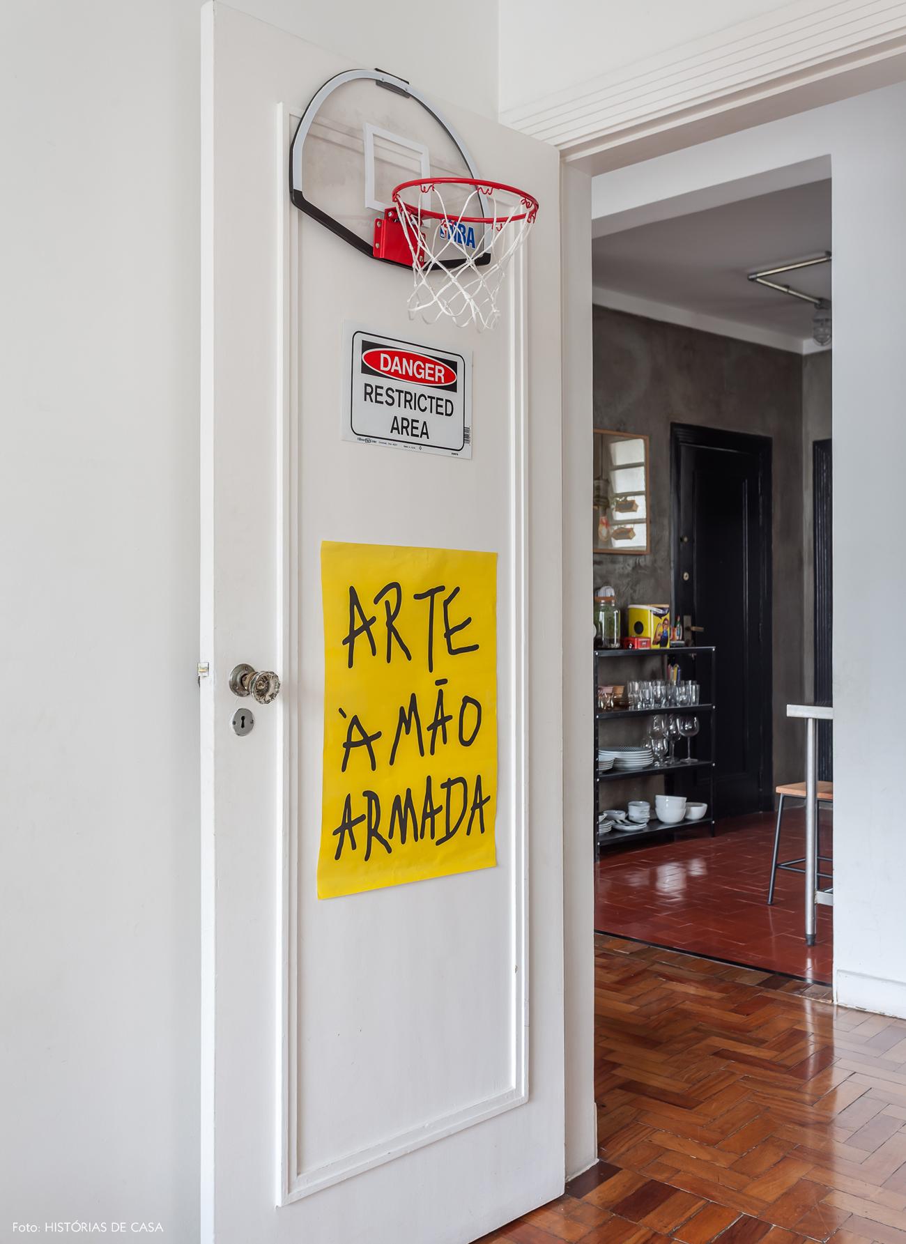 33-decoracao-apartamento-porta-pintada-posteres