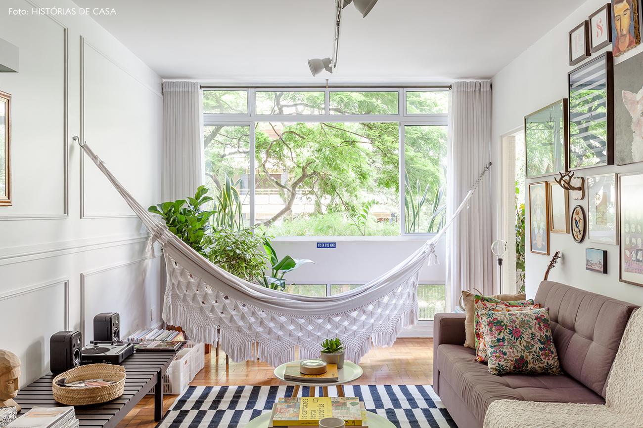 Sala com rede de balanço e sofá cinza