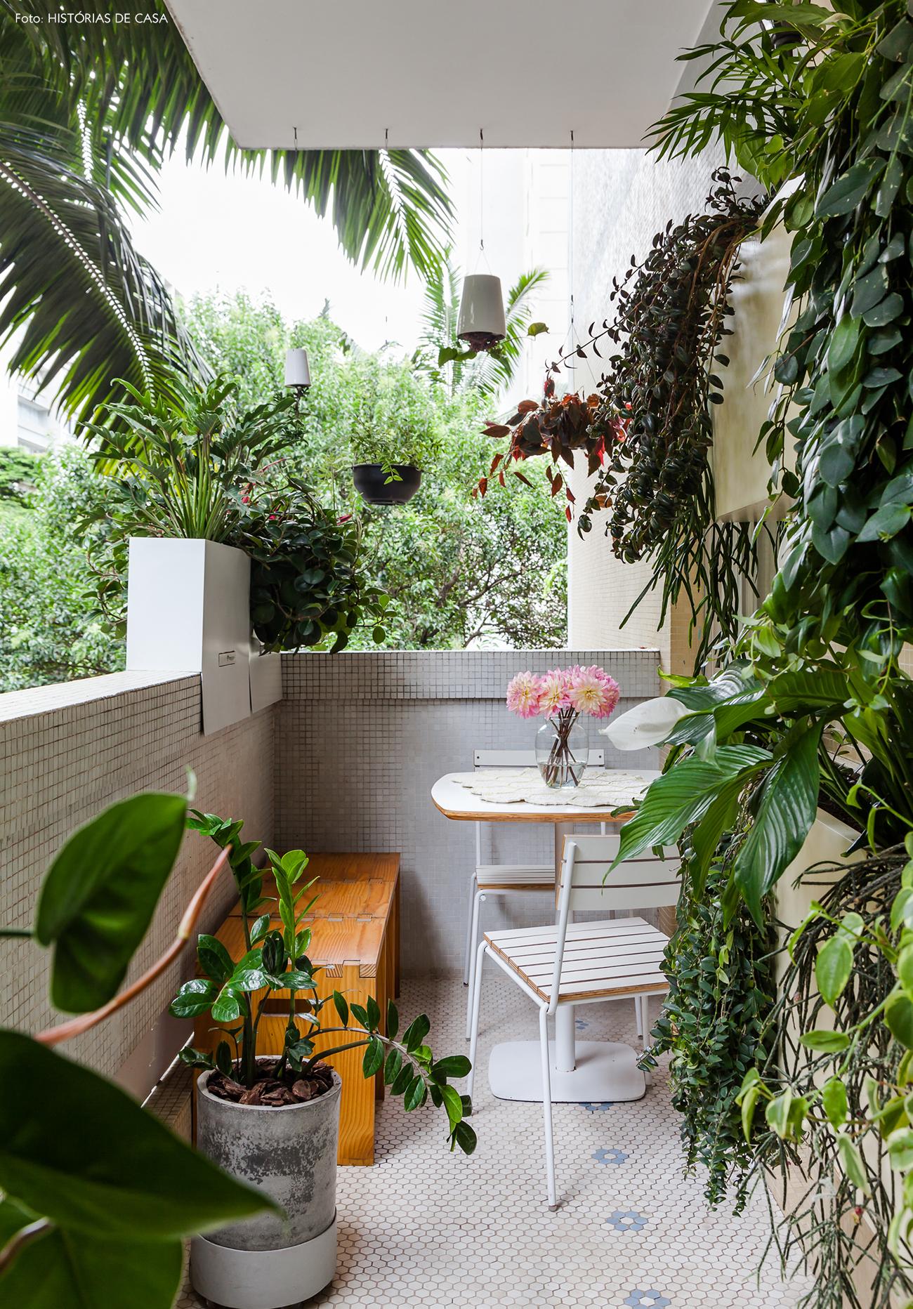Varanda com muitas plantas