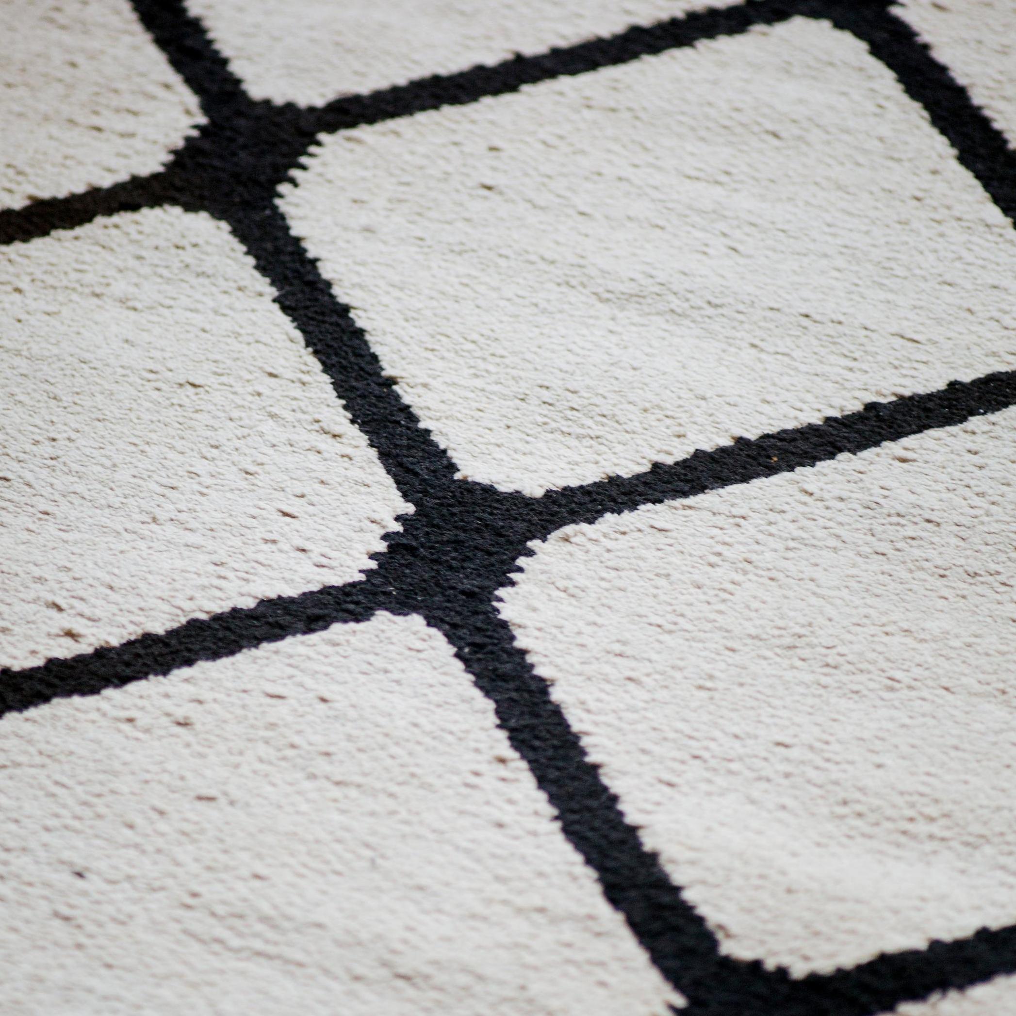 Tapete pino 1,60 x 2m preto e branco