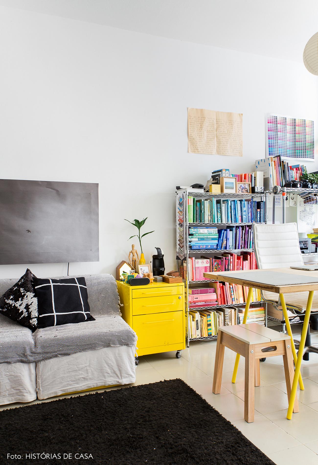 Apartamento pequeno com home office na sala