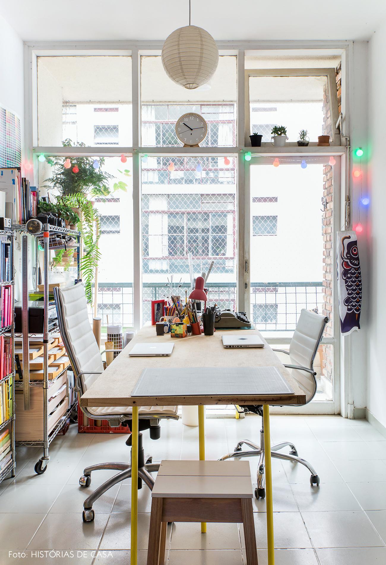 Apartamento pequeno de 40m2 com home office na sala