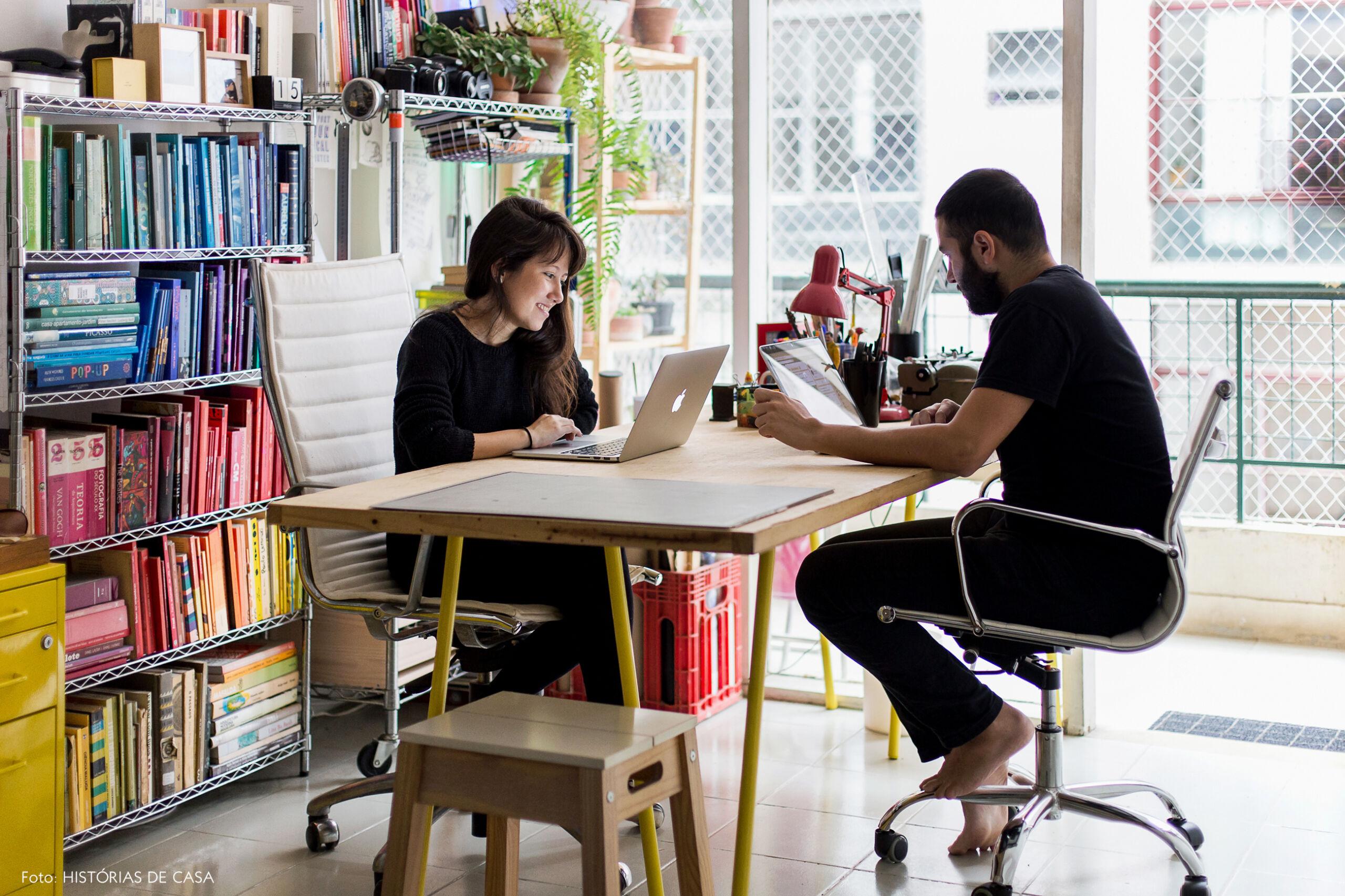 Apartamento pequeno com home office montado na sala