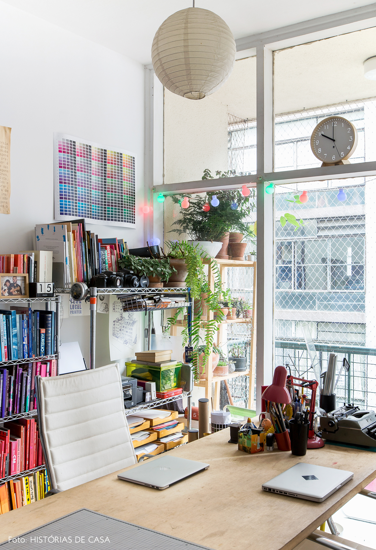 Home office montado com tampo de madeira e base de cavaletes coloridos
