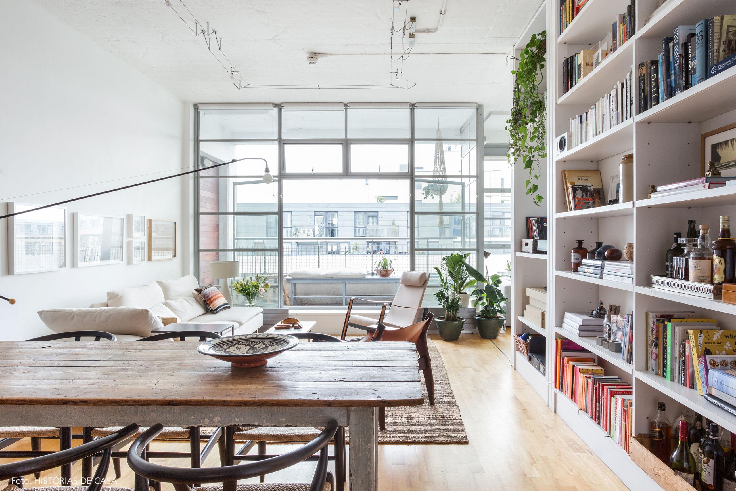 Apartamento com sala integrada e varanda envidraçada