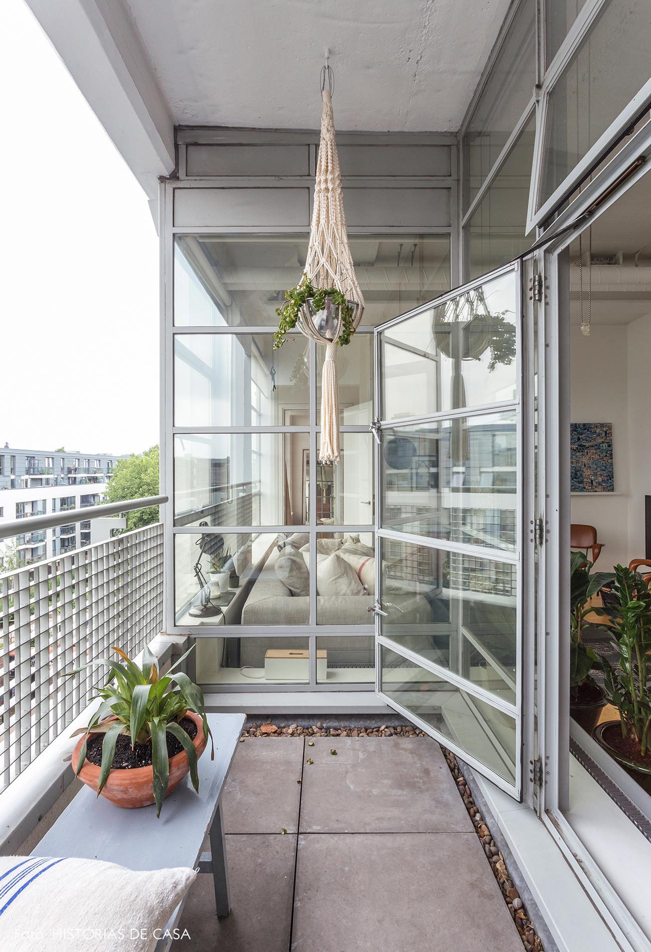 Apartamento com varanda estreita e poucos móveis