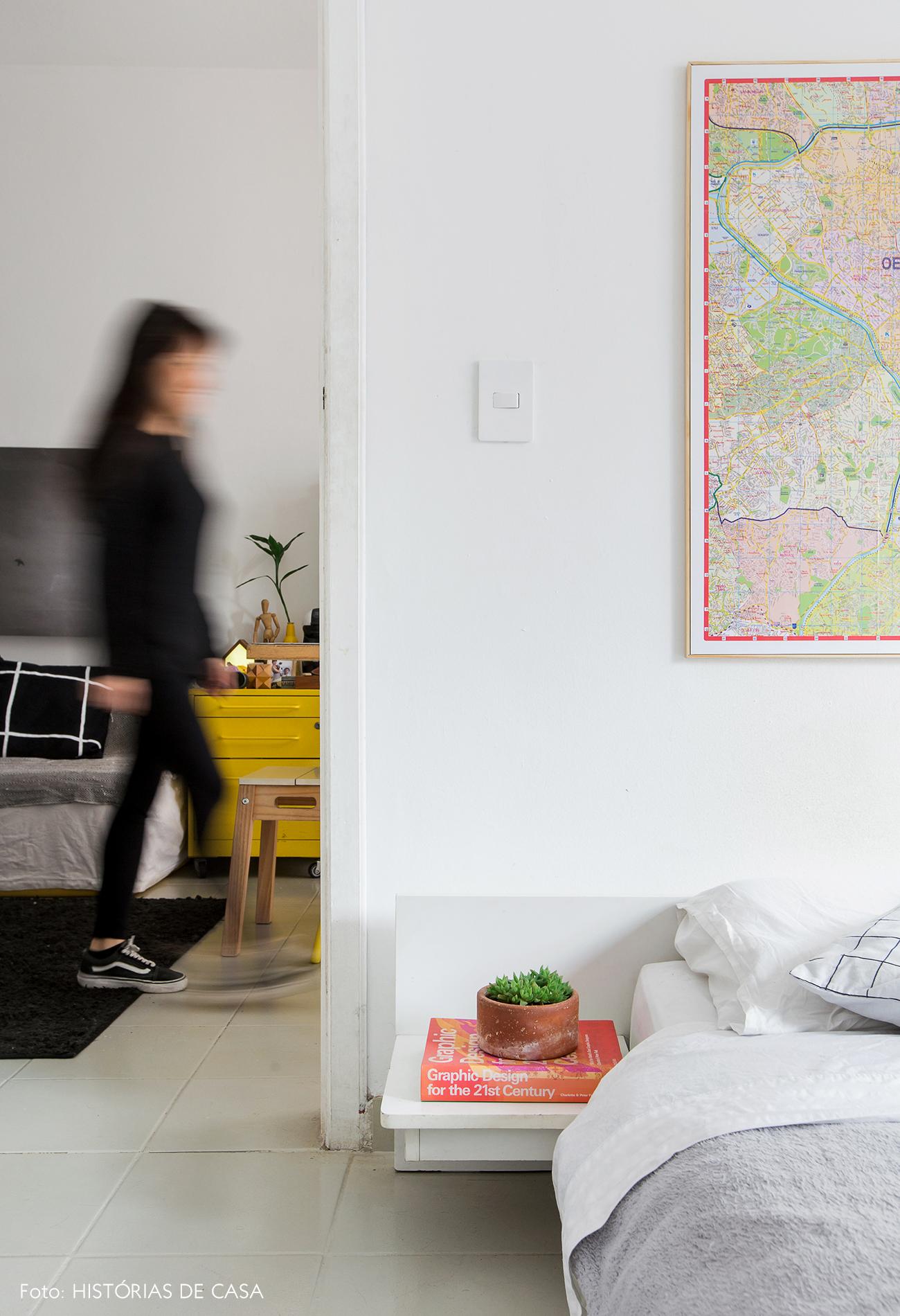 Apartamento pequeno com quarto branco