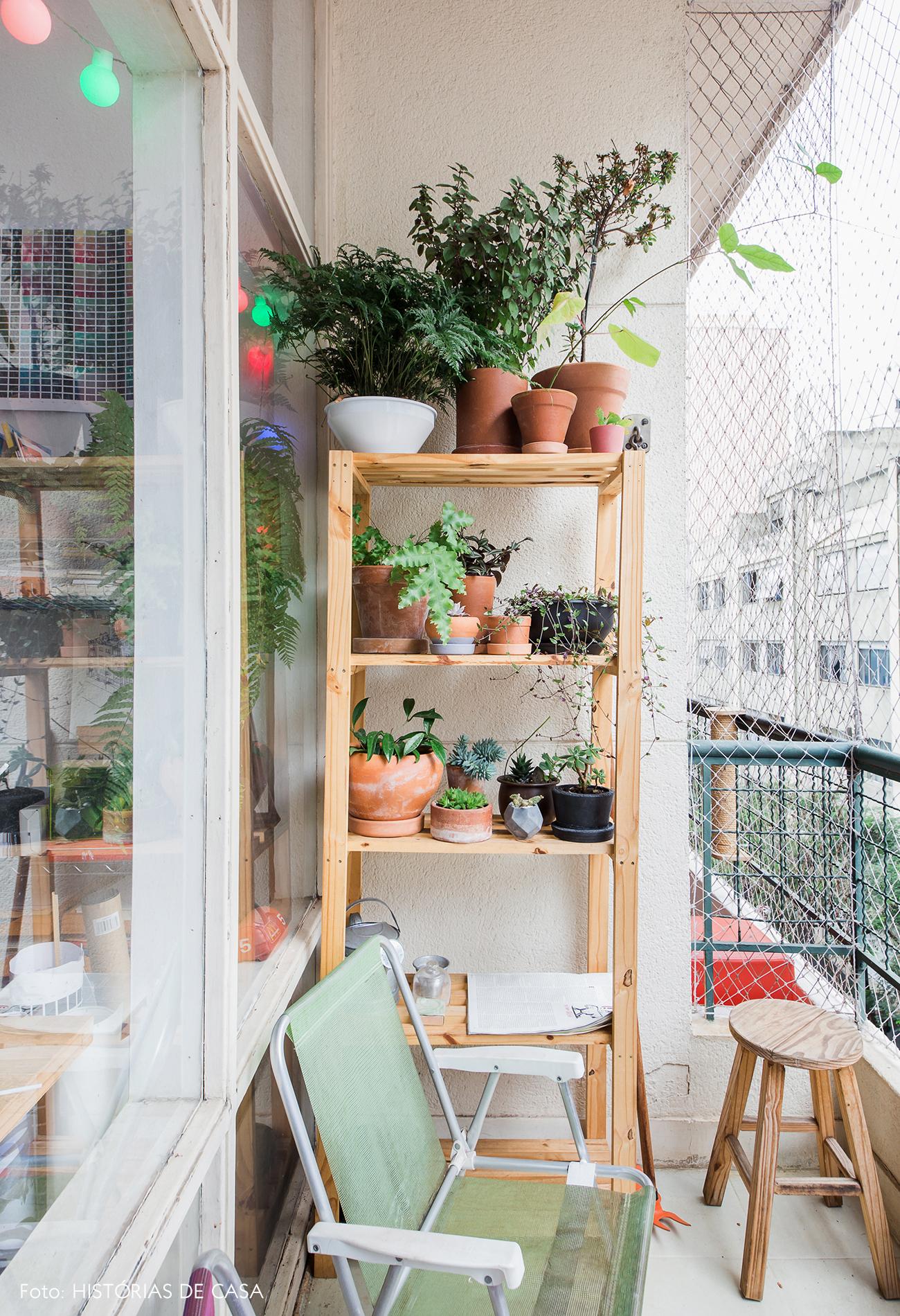 Varanda pequena com estante de madeira com plantas