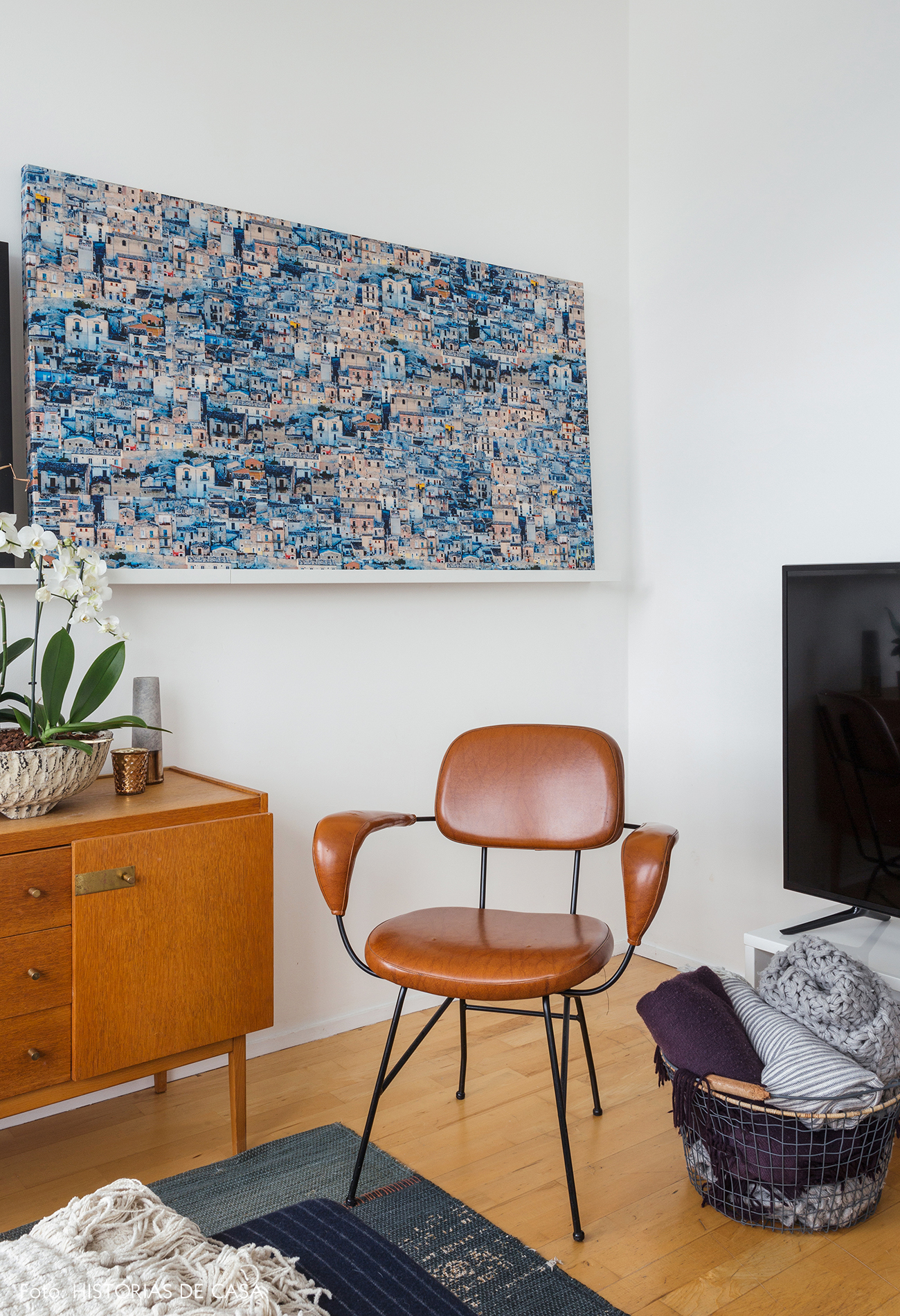 Decoração com móveis vintage e quadros na canaleta